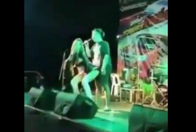 Неправильно распознал сигналы: снял штаны и накинулся на певицу