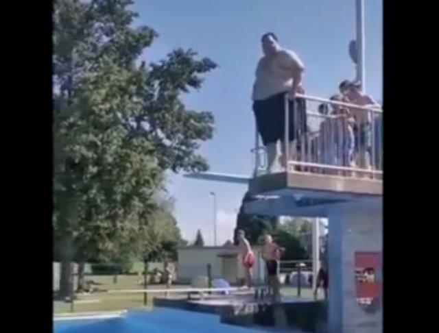 Эпичный прыжок в воду