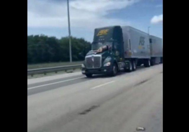 Мужчина на ходу запрыгнул на капот грузовика