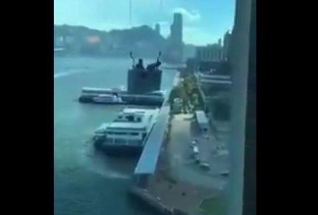 Как работают мойщики окон во время сильного ветра