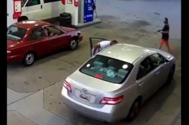 Девушка расстреляла темнокожего парня, который пристал к ней на заправке