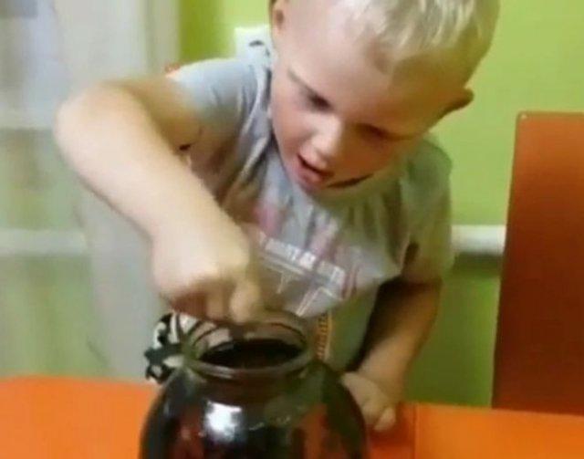 Маленький помощник помогает с самогоном