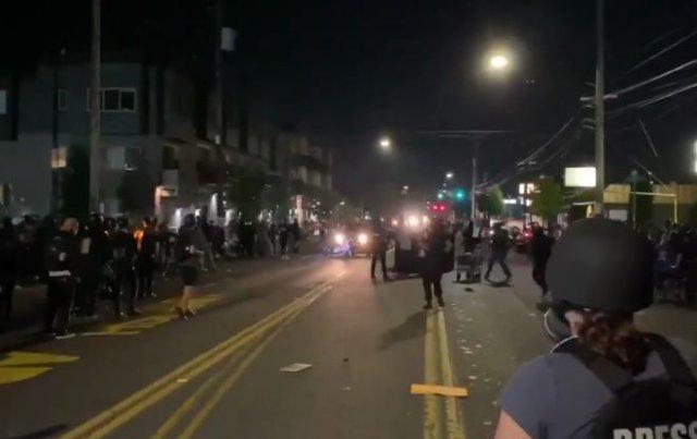 В Портленде водитель пикапа проехал через толпу активистов Black Lives Matter