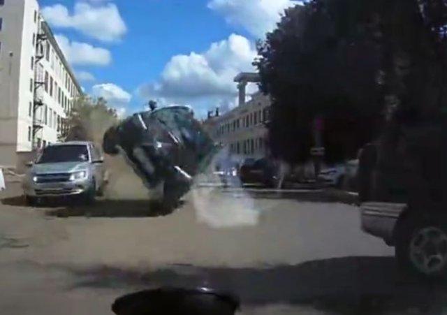 """""""Гонщик"""" на внедорожнике устроил ДТП"""