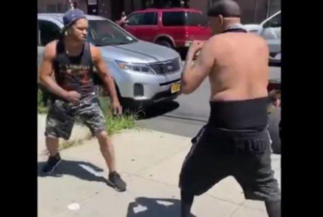 Один победил двоих в уличной драке