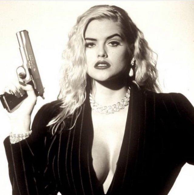 Знаменитые девушки с оружием в руках