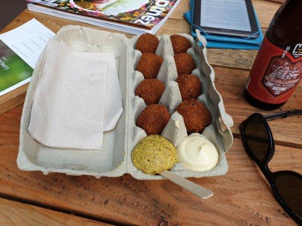 Мясные шарики в контейнере для яиц