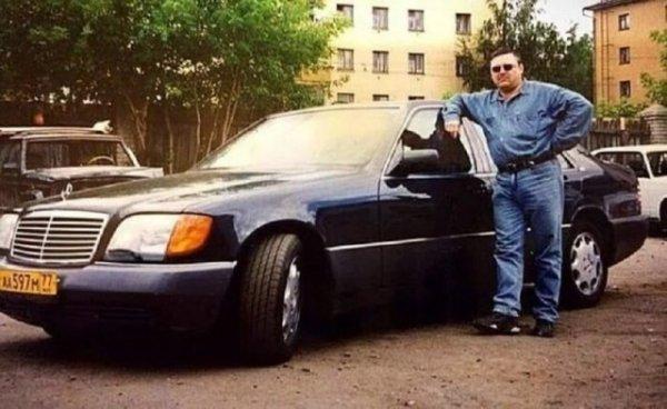 Михаил Круг возле своего автомобиля Mercedes W140. Россия, 90-е годы