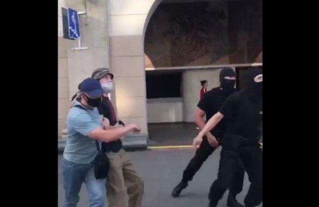 В Минске ОМОН забирает тех, кто подвернется под руку