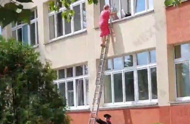 В Минске члены избирательной комиссии вылезают через окна
