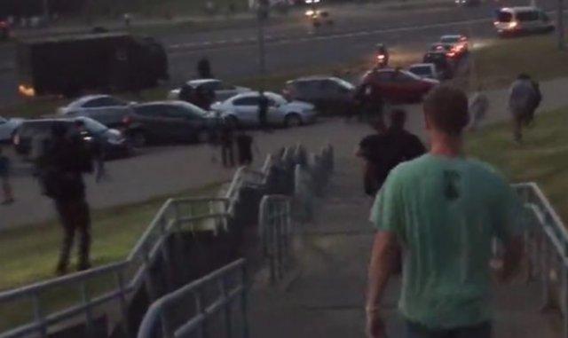 В Минске протестующие избивают бойцов ОМОНа