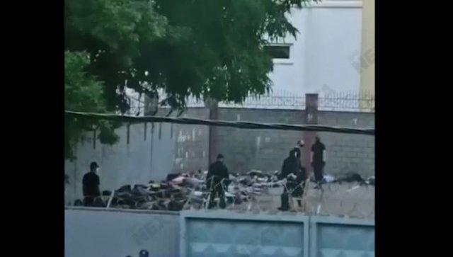 В Октябрьском РУВД Минска задержанных складывают на землю и не отпускают