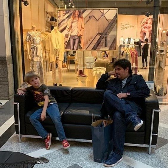 Мучительное ожидание мужчин на шопинге