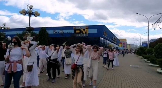 В Белоруссии девушки в белых платьях, заложив руки за голову, призывали силовиков остановить насилие