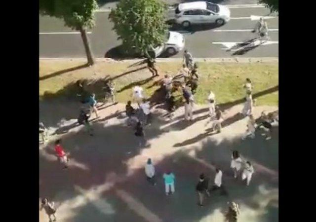 Люди толпой отбили мужчину у силовиков