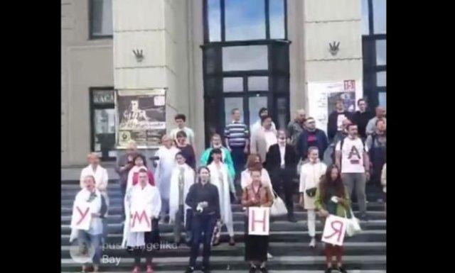 Сотрудники Белгосфилармонии вышли на забастовку и исполнили красивую песню