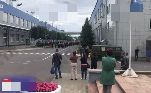 """Работники """"БЕЛАЗа"""" вышли протестовать, скандируя """"Уходи!"""""""