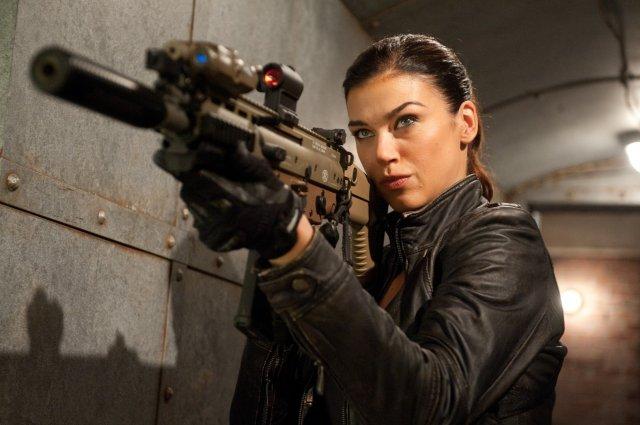 Красивые актрисы с огнестрельным оружием