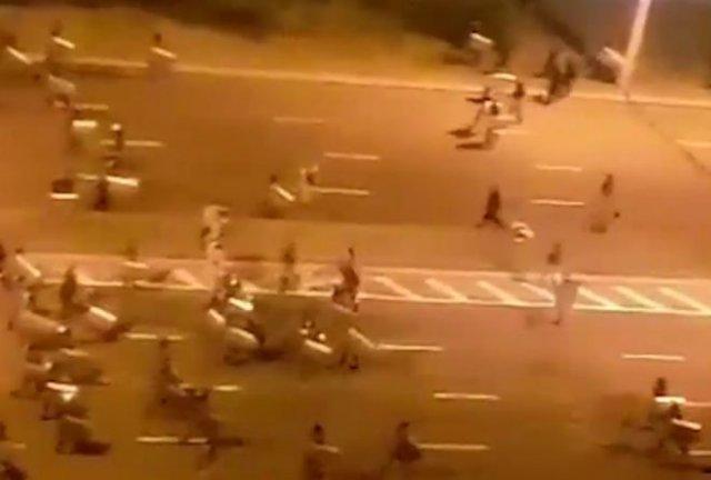 В Минске силовики огромной толпой накинулись на одну машину