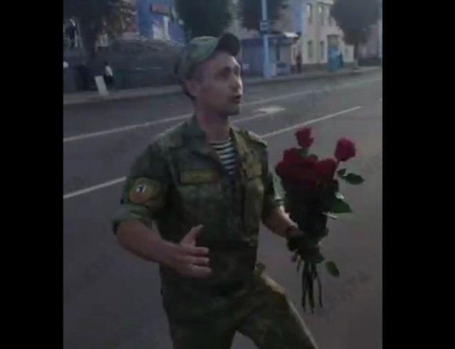 Белорусский военный отказался выступать против народа и раздал цветы женщинам