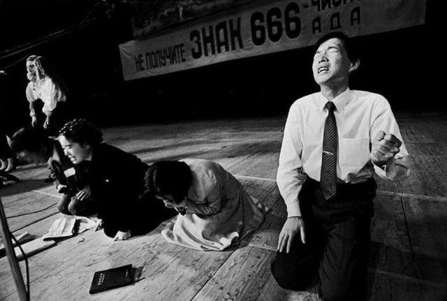 Коллективная молитва одной из сект в ожидании конца света. Москва, 1992 год