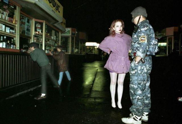 Сотрудник милиции задерживает ночную бабочку, 1994 год, Москва