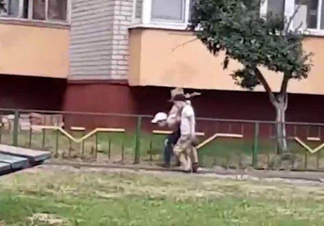 Какие времена, такие и игры: детишки играют в задержания