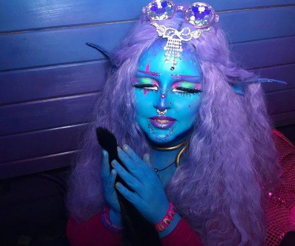 """Лоурайи Ли - девушка-пришелец из Великобритании, которая ходит """"синей"""" уже 2 года"""