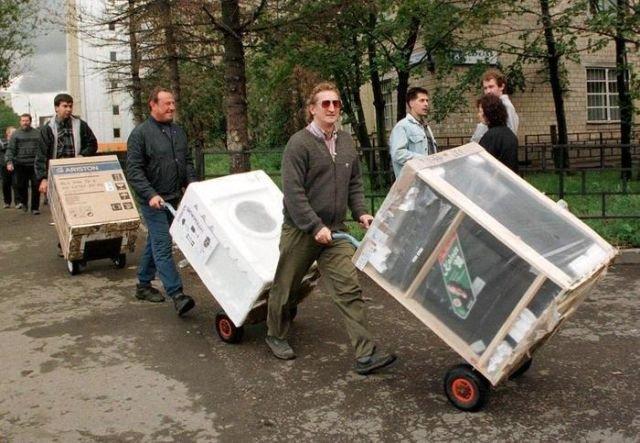 Люди стихийно скупают технику в период  дефолта. 1998 год