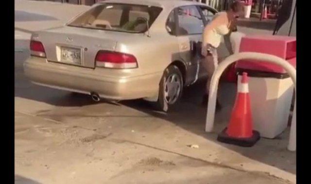 Девушка, у которой явные проблемы с заправкой автомобиля