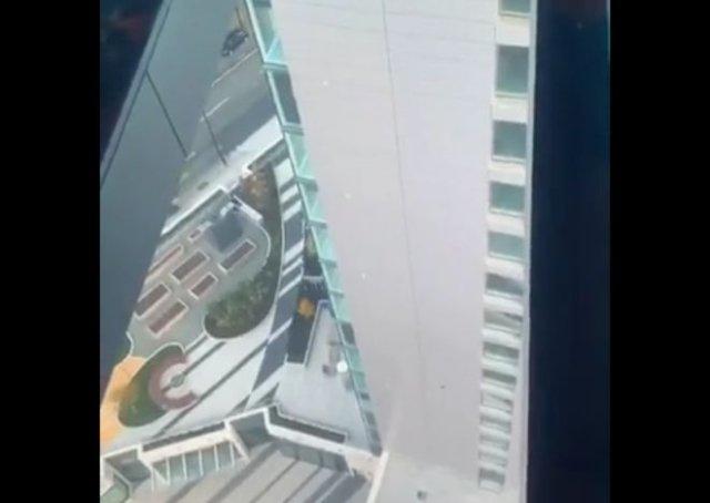Эффектное зрелище: бассейн с прозрачным дном, расположенный на огромной высоте