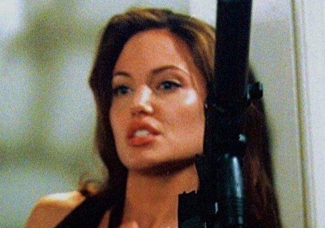 Красивые актрисы с оружием в руках