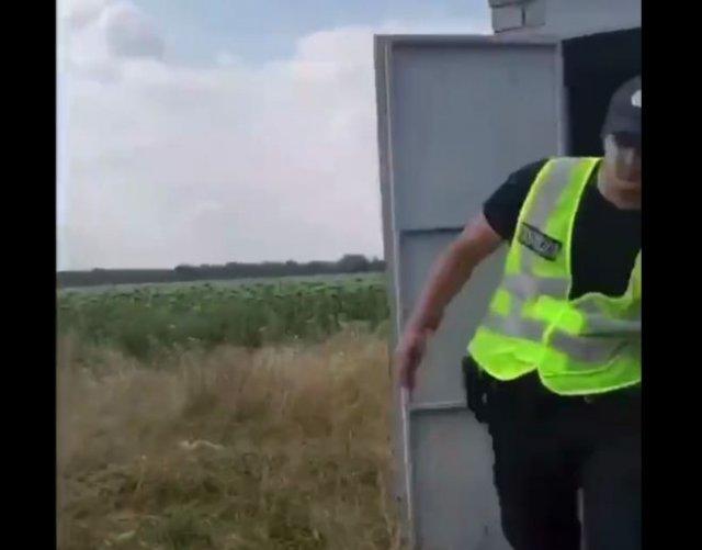 Полицейский попался на взятке и попытался спрятаться в туалете