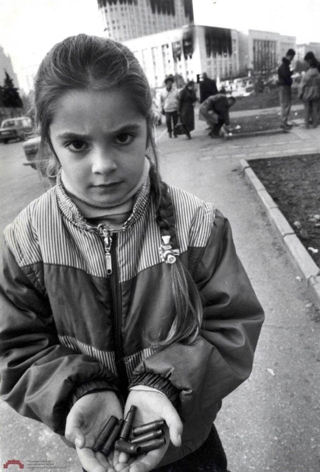 Юная москвичка у здания Дома Советов России