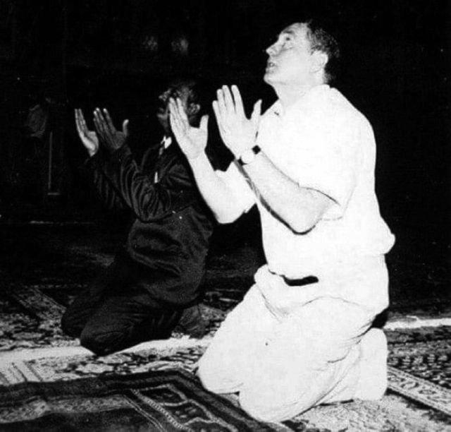 В. В. Жириновский и Саддам Хусейн совершают намаз