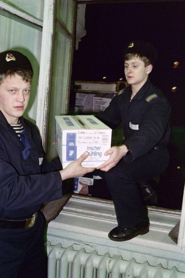 Моряки приносят гуманитарную помощь