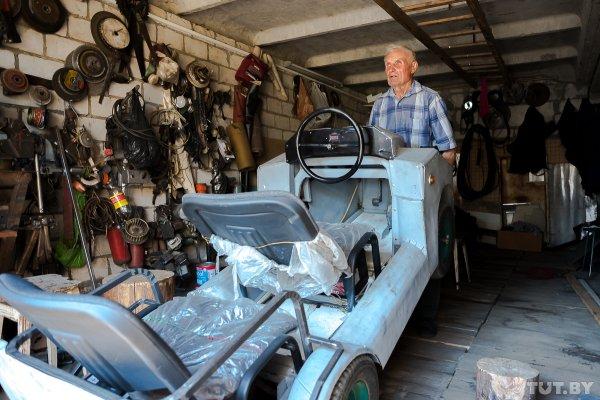 87-летний дедушка из-под Светлогорска сделал себе электромобиль