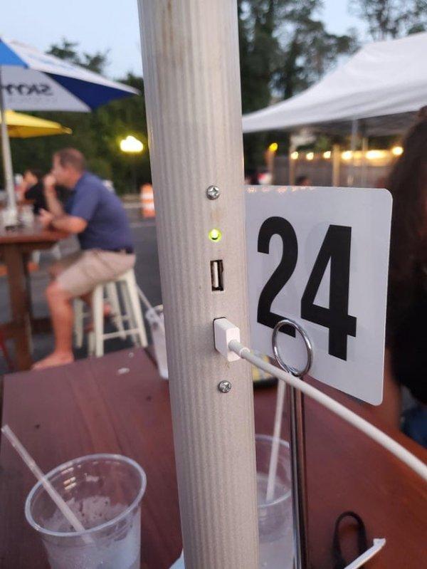 Ресторан с зарядкой от солнечной батареи