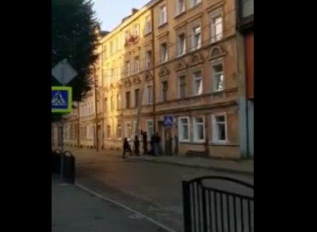 В Советске подозреваемый попросил силовиков воспользоваться домофоном, потому что они не могли справ