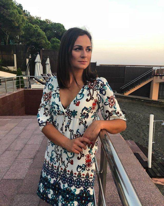 Наталья Эйсмонт на набережной в цветном платье