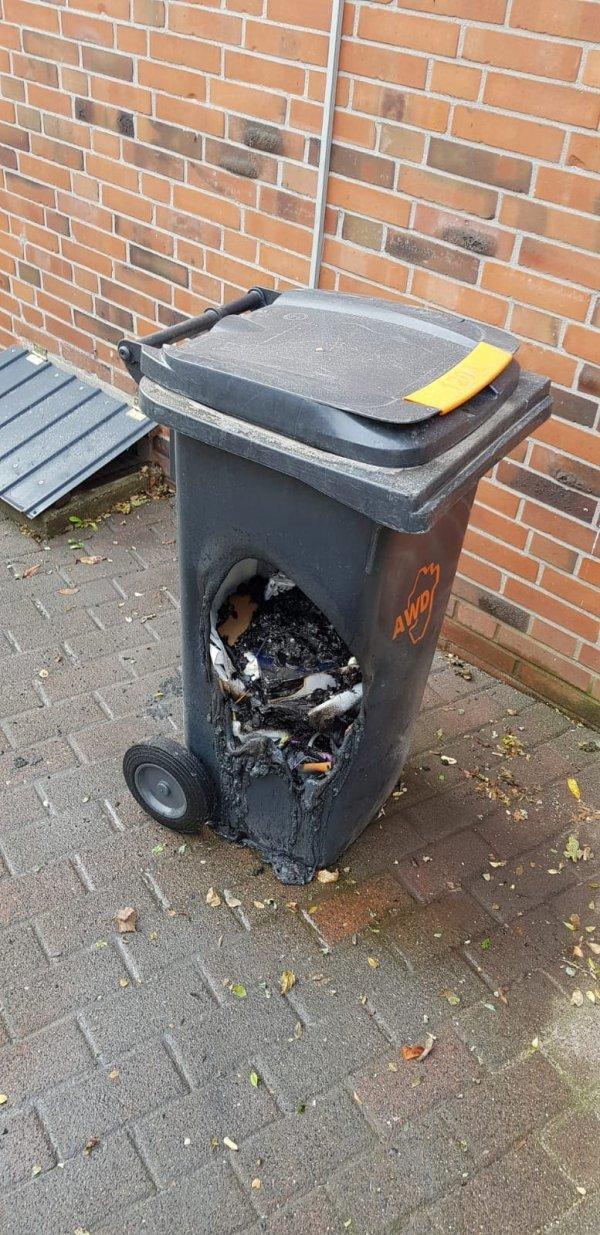 Расплавился мусорный ящик