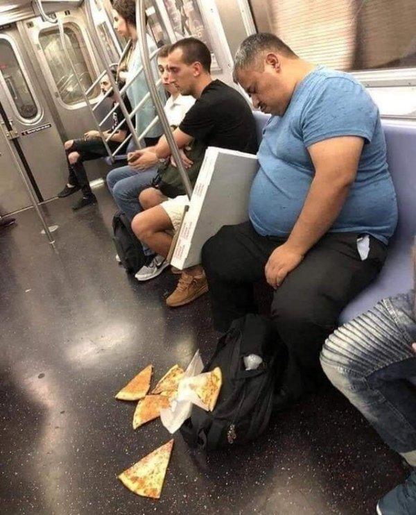 Мужчина заснул в метро и уронил пиццу