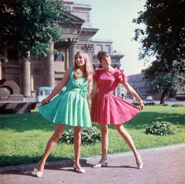 Модницы Петербурга - около Исаакиевского собора: в зеленом и розовом платьях