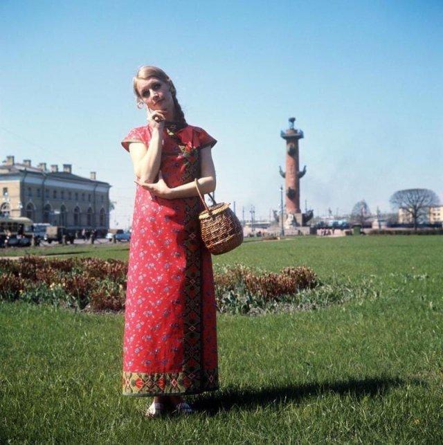 Девушка на стрелке Васильевского острова в красном платье, 1979 год