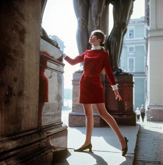 Девушка в красном платье около Эрмитажа, 1975