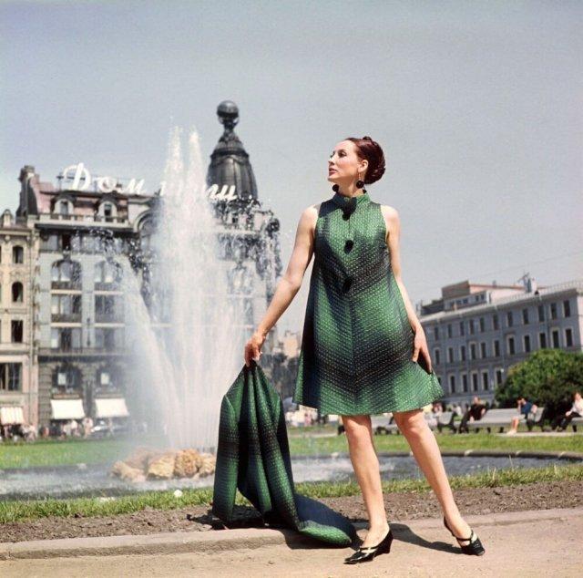 Девушка около Дома книги в изумрудном платье