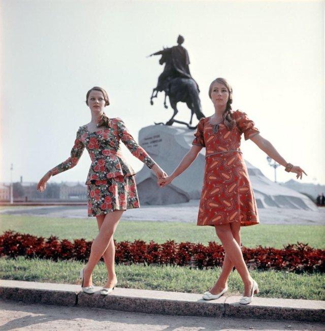 Девушки в цветных платьях около памятника Петру I