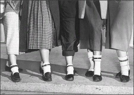 Молодежный тренд 1950-х в США: если девушка носит собачий ремешок на левой щиколотке, у нее есть парень, если же на правой - она в поиске.