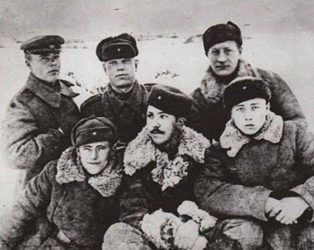 Старший сержант Юрий Никулин с однополчанами из 72-го отдельного зенитного дивизиона, 1943 год.