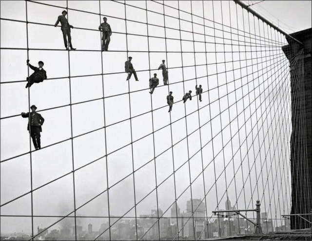 Рабочие, занятые покраской Бруклинского моста, позируют на его тросах для фотографа, 1914 год